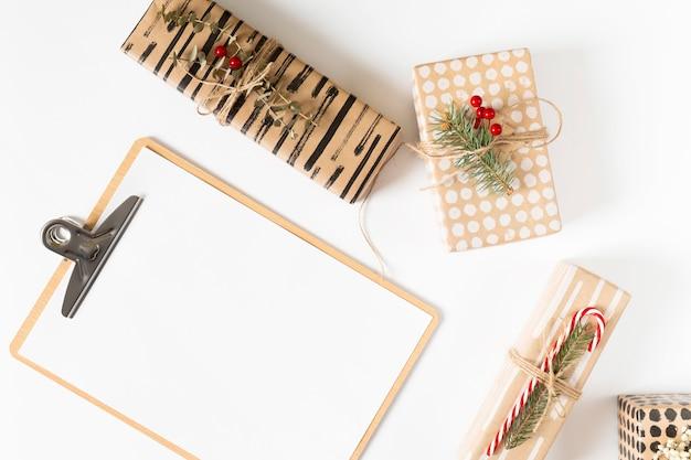 Prancheta com caixas de presente na mesa de luz
