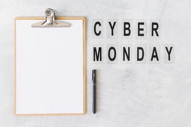 Prancheta com inscrição cyber monday
