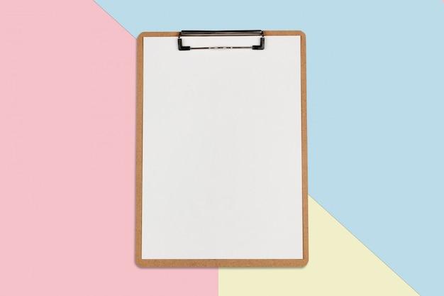 Prancheta com lençol branco sobre fundo de cor pastel, conceito mínimo