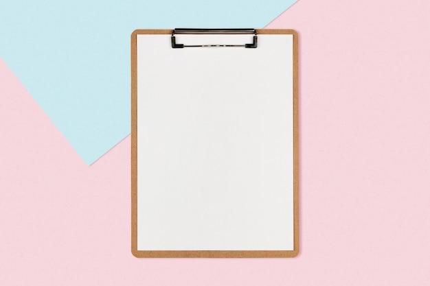 Prancheta com lençol branco sobre fundo de cor pastel