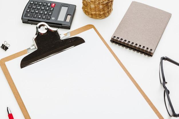 Prancheta com material de escritório