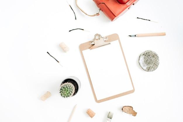 Prancheta com papel em branco, câmera retro, suculenta, ferramentas para artes artesanais em branco