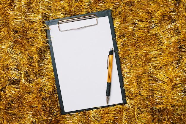 Prancheta com papel em ouropel de ouro