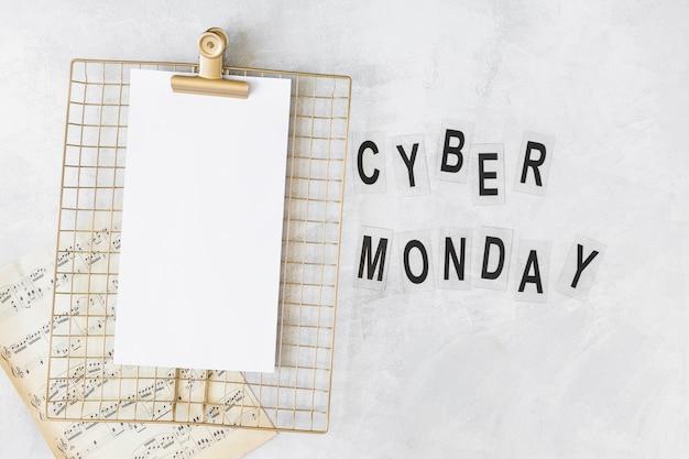 Prancheta com papel perto do título da cyber monday