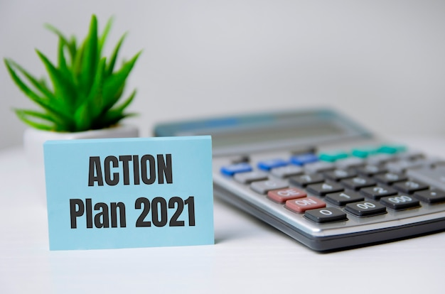 Prancheta com plano de metas de 2021 palavras e ação no cartão.