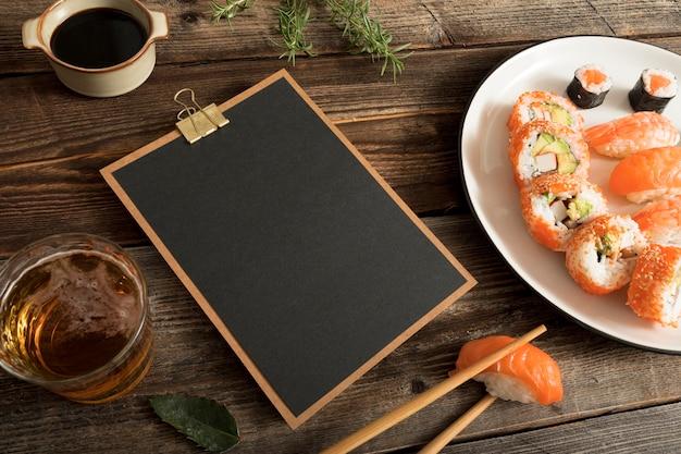 Prancheta com sushi e copiar colar