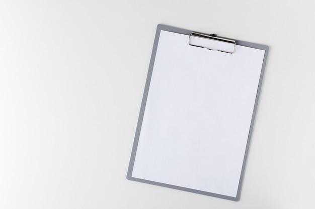 Prancheta com uma folha de papel em branco