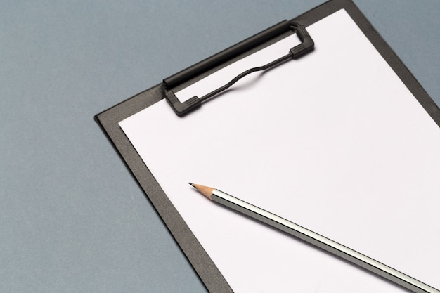 Prancheta de notas com lápis e folhas de papel em branco
