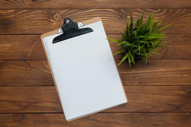 Prancheta de papel branco sobre fundo de madeira