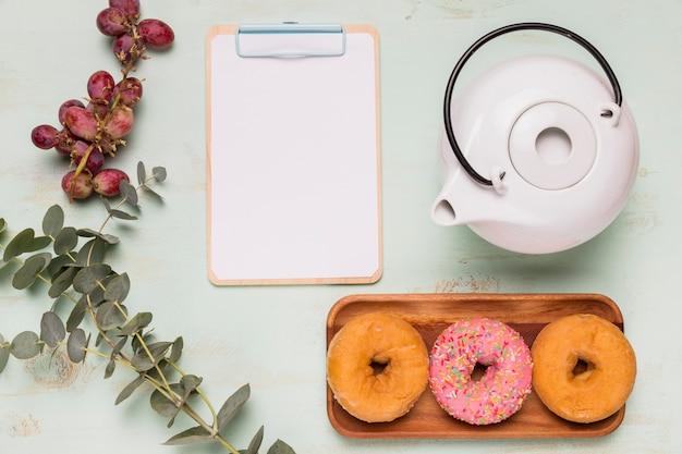 Prancheta de quadro com café da manhã doce