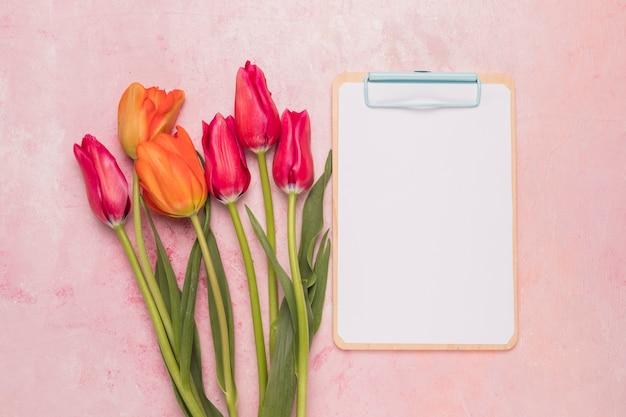 Prancheta de quadro e buquê de tulipas