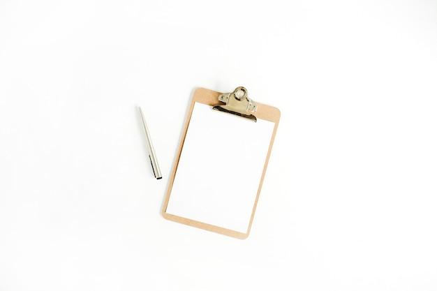 Prancheta e caneta em fundo branco. camada plana, vista superior