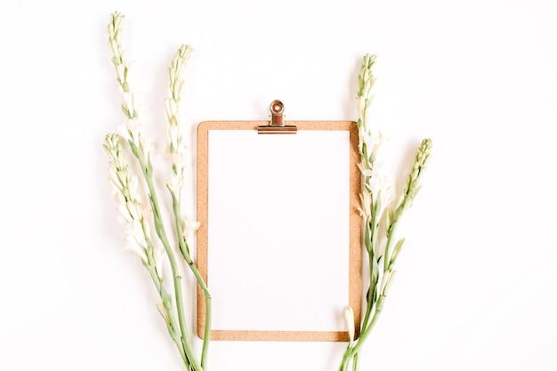 Prancheta e flores brancas