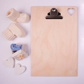 Prancheta em branco e meias de bebê