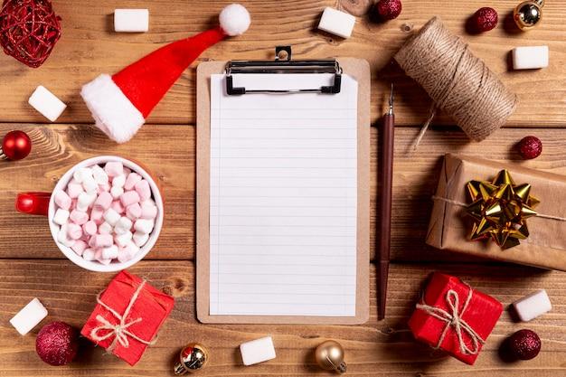 Prancheta em branco lápis e presentes de natal