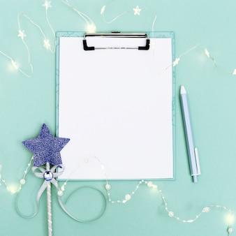 Prancheta, luzes, caneta, guirlanda de luz e varinha mágica