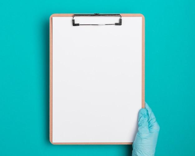Prancheta médica de vista superior com papel