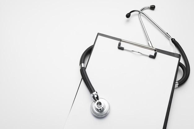 Prancheta médica em branco com estetoscópio em branco