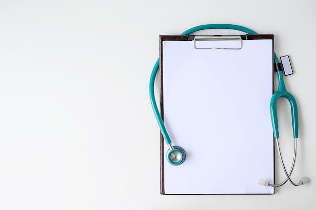 Prancheta médica em branco com estetoscópio