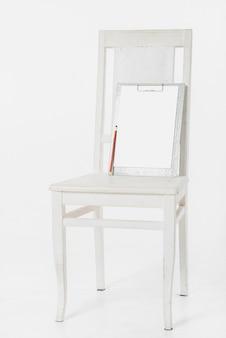 Prancheta na cadeira de madeira