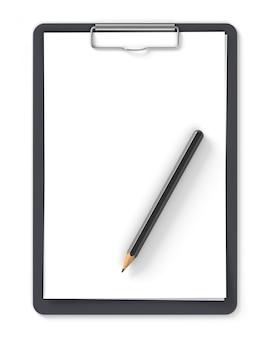 Prancheta preta com folhas em branco de papel e lápis isolado no branco