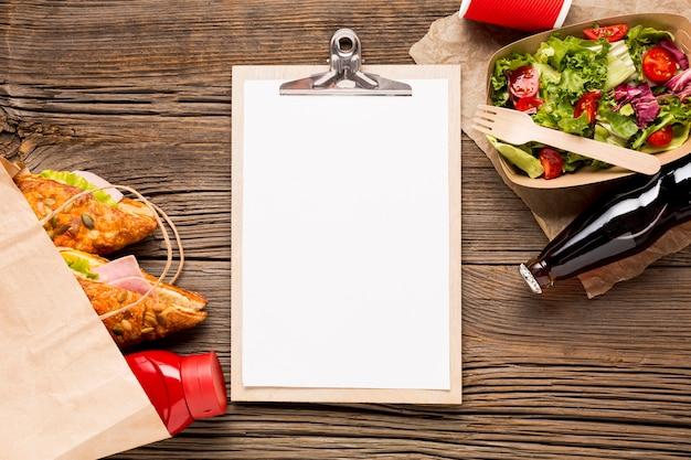 Prancheta vazia com fast food e refrigerante