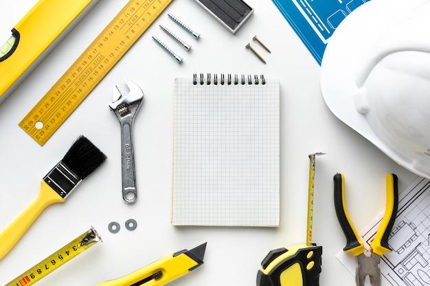 Prancheta vazia e ferramentas com espaço de cópia