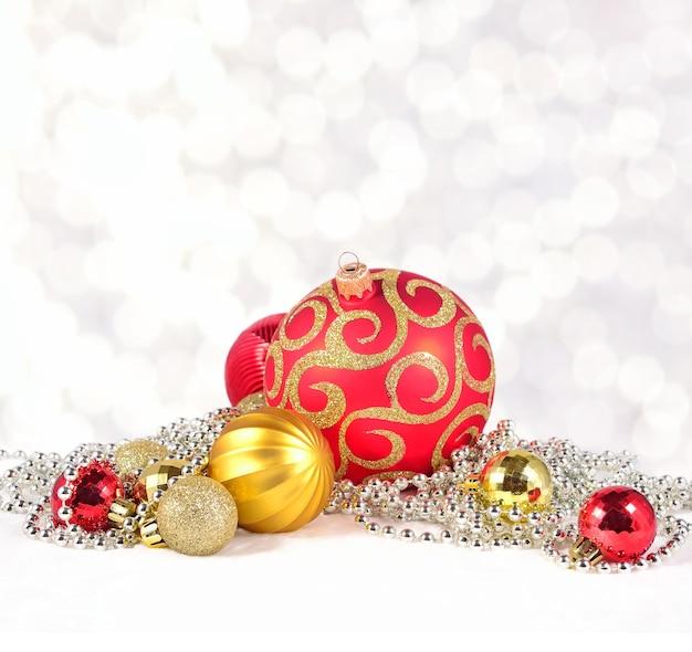 Prata dourada e decorações de natal vermelhas em um fundo de bokeh