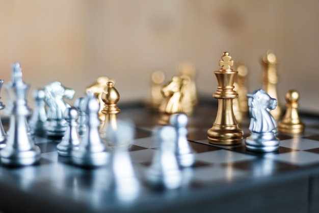 Prata e dourado com o inimigo em táticas de metáfora de jogo e conceito de plano de negócios