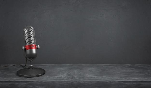 Prata retrô antigo e cromado de cor vermelha com microfone de design de botão em fundo de cimento