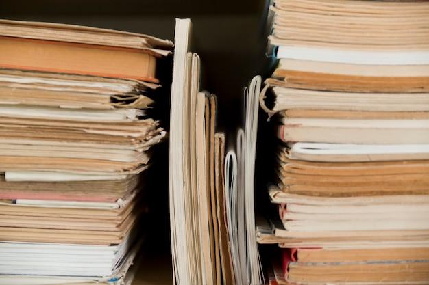 Prateleira com blocos de notas empilhados
