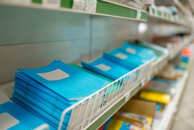 Prateleira com cadernos em papelaria
