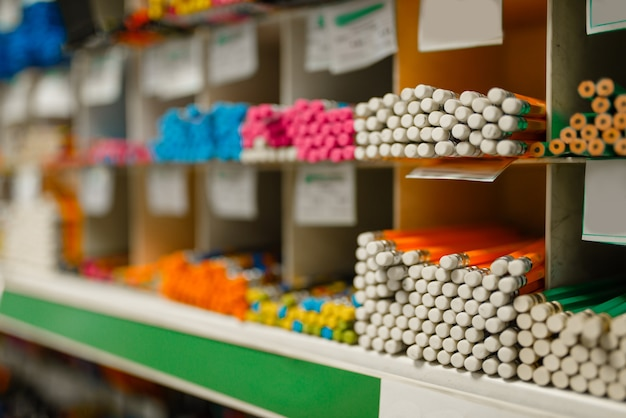 Prateleira com lápis em papelaria