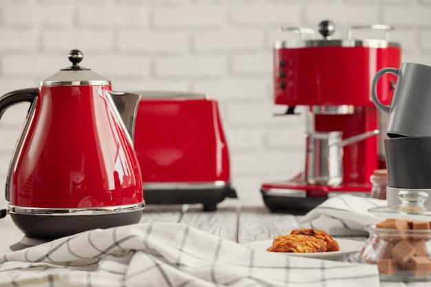 Prateleira da cozinha com utensílios e louças vermelhos