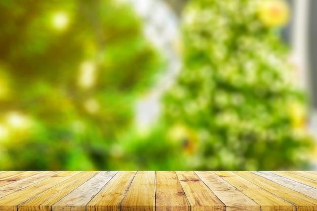 Prateleira da placa de prancha de madeira marrom com natureza verde turva. estilo vintage antigo.