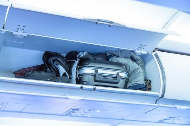 Prateleira de bagagem com mala de bagagem em um avião