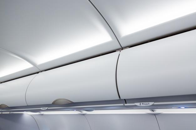 Prateleira de bagagem em um avião.