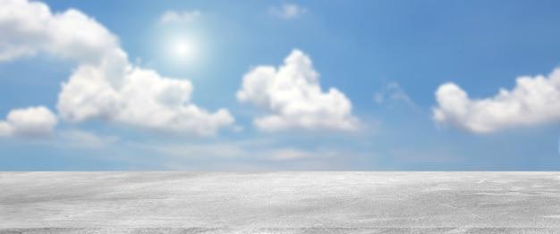 Prateleira de cimento cru com céu e nuvens.