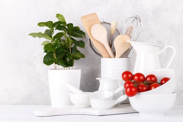 Prateleira de cozinha com utencils brancos