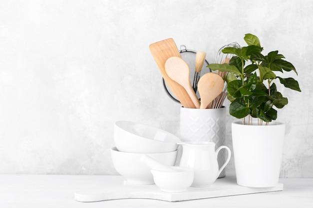 Prateleira de cozinha com utensílios brancos