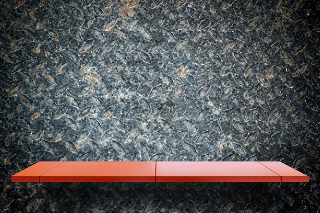 Prateleira de exposição de metal vermelho vazio no fundo de metal sujo para exposição do produto
