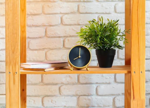 Prateleira de madeira com decoração para casa em ot