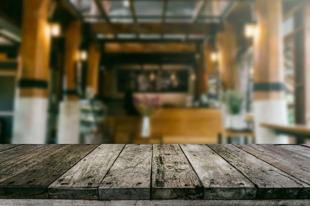 Prateleira de madeira com fundo desfocado loja de café