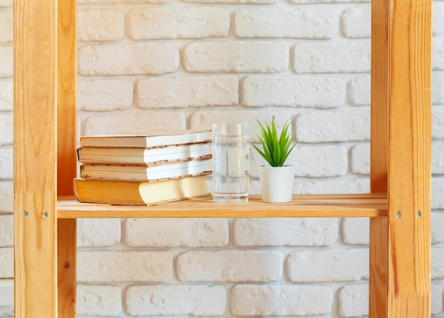 Prateleira de madeira com material de decoração para casa