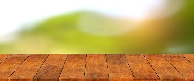 Prateleira de madeira com montanha verde e fundo de desfoque de árvore.