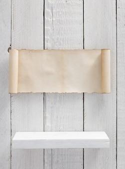 Prateleira de madeira com textura de fundo branco