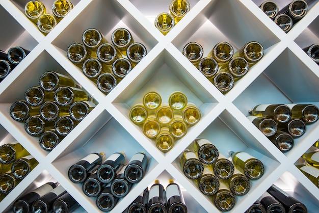 Prateleira de madeira de vinhos