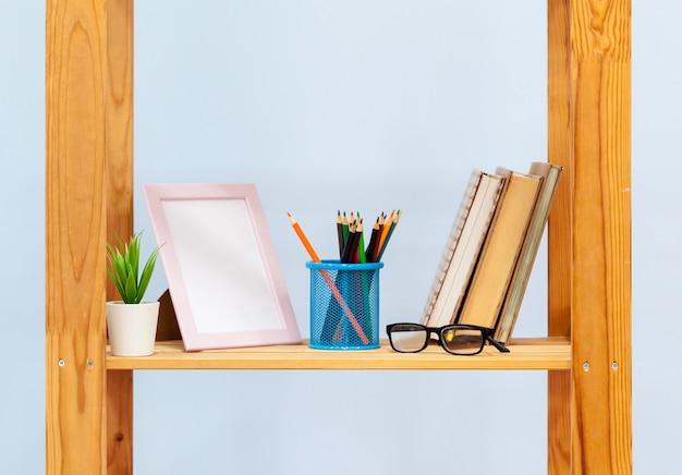 Prateleira de madeira doméstica com artigos de papelaria close-up