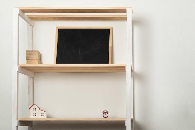 Prateleira de madeira em casa com vários acessórios. móveis para sala de estar ou berçário. copie o espaço