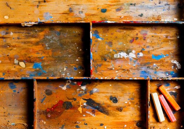 Prateleira de madeira particionada